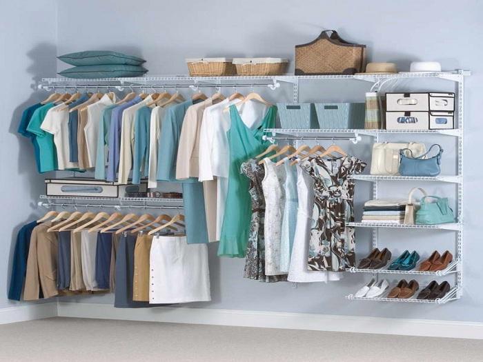 Комфортная обстановка в гардеробной комнате нежно-голубого цвета для удобного хранения одежды и обуви.