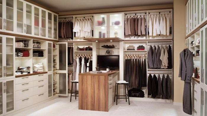 Симпатичная гардеробная комната в классическом стиле, в бело-черных тонах для создания особой атмосферы.
