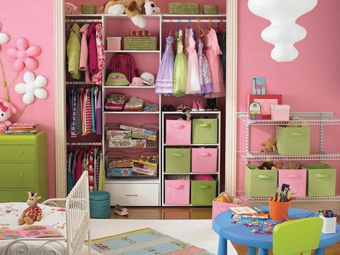 Яркая атмосфера в симпатичной комнате для хранения одежды, насыщенна детской обстановкой.
