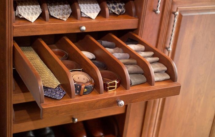 Удобные полочки для хранения галстуков и ремней - это один из основных шикарных атрибутов уютной квартиры.