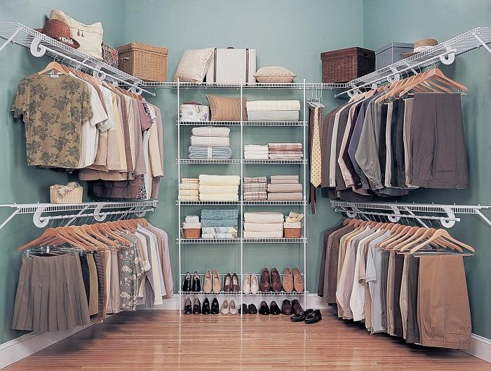 Отличное оформление гардеробной комнаты в хороших и спокойных голубоватых тонах.