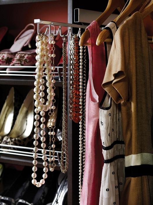 Отличные полки для обуви, тремпеля для одежды и крючки для украшений - что может быть еще лучше.