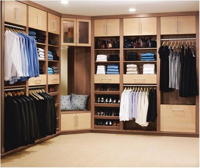 Отличное сочетание цветов в этой гардеробной позволит окунуться в атмосферу домашнего уюта.