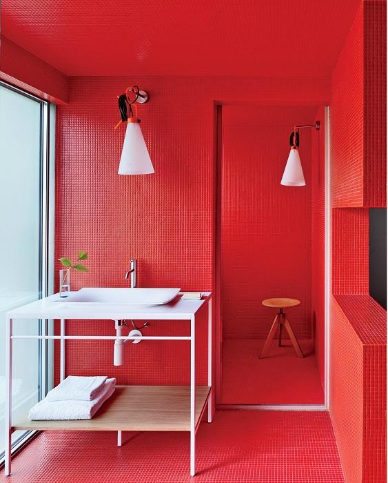Интересная яркая вишневого цвета комната, которая станет отличным дополнением к интерьеру в любом доме.