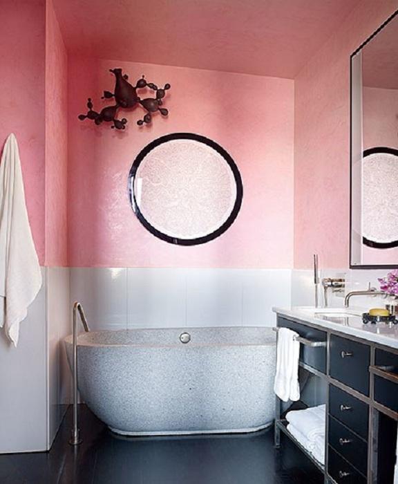 Розовые цвета в оформлении ванной комнаты - нестандартное, но интересное решение.