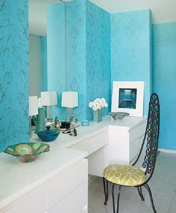Прекрасный вариант создать оптимальное пространство в ванной комнате для размещение зеркала.