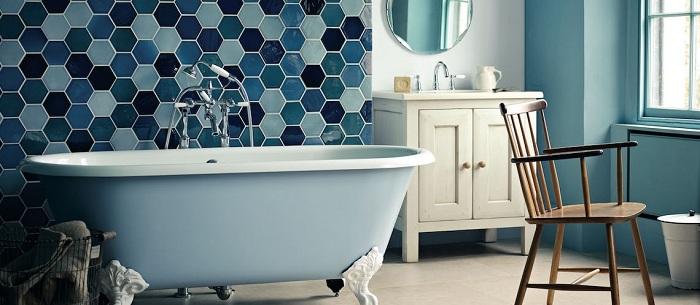 Синие оттенки в ванной комнате сделали свое дело в оформлении интерьера.