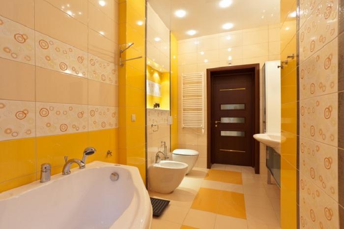 Ярко-желтый интерьер ванной украсит любой дом в котором она разместится.