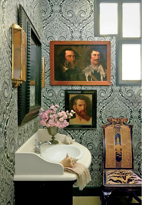 Отменный интерьер ванной комнаты с богатым кафелем на стенах, который отлично подчеркнет своими особенностями дизайн комнаты в целом.