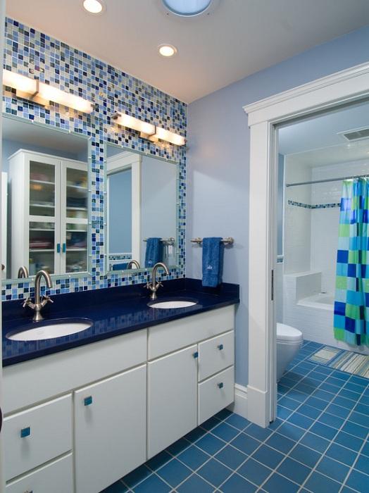 Синяя мозаика в ванной комнате, определенно порадует глаз.