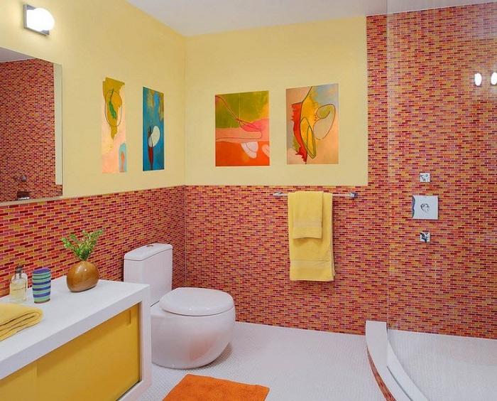 Пестрая и яркая мозаика смотрится очень прекрасно и стильно в ванной комнате.