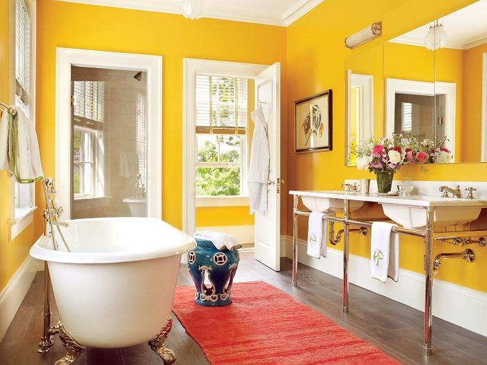 Интерьер этой ванной комнаты оформлен таким образом что она выглядит очень сочно, так как выполнена в желтых тонах.