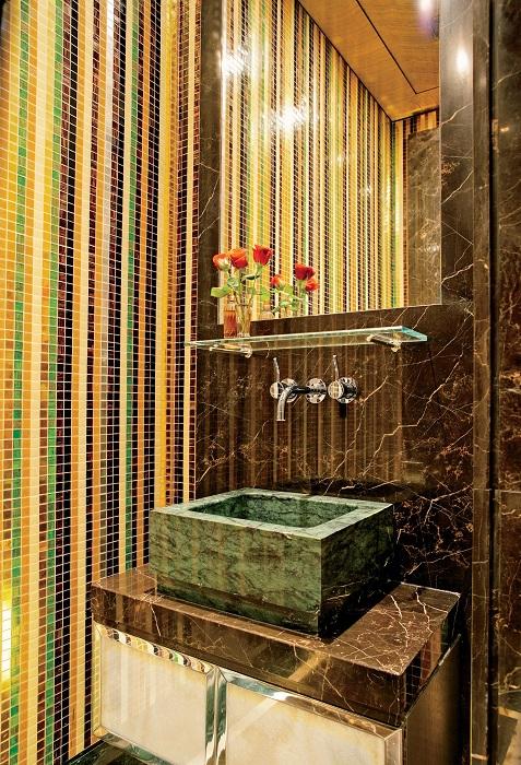 Дизайнерское решение для оформления прекрасного интерьера ванной комнаты с каменными элементами.