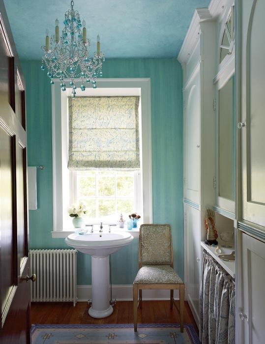 Оформление ванной комнаты в голубых тонах, выглядит очень утонченно и красиво.