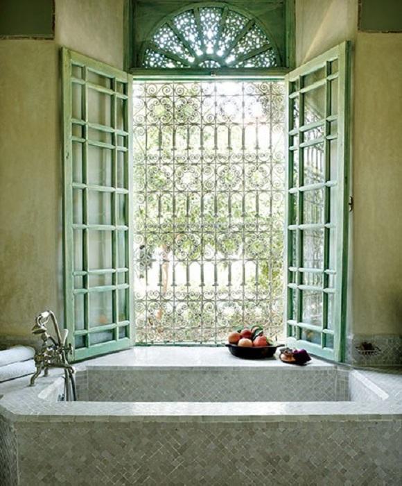 Прекрасный вариант оформления ванной комнаты в зеленом цвете выглядит очень свежо.