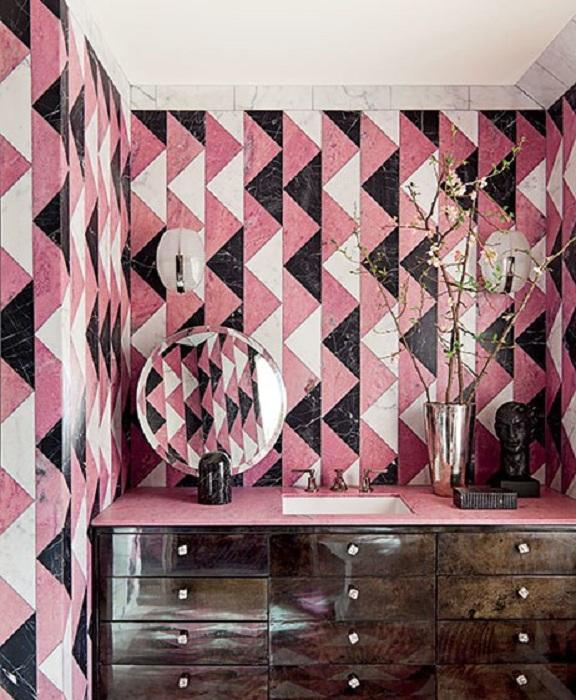 Прекрасный вариант совместить три цвета: розовый, черный и белый - в оформлении ванной комнаты.
