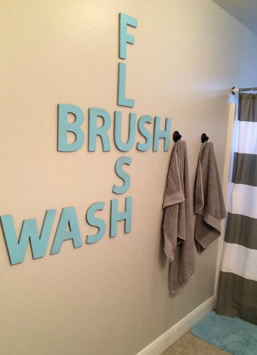Прекрасная идея декорировать стену в ванной комнате, которая создаст интересный интерьер.