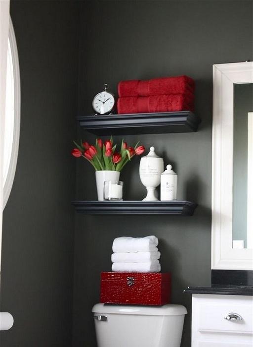 Хорошенькое решение создать небольшие, но оригинальные полочки, что станут просто открытием для декорирования такой комнаты.