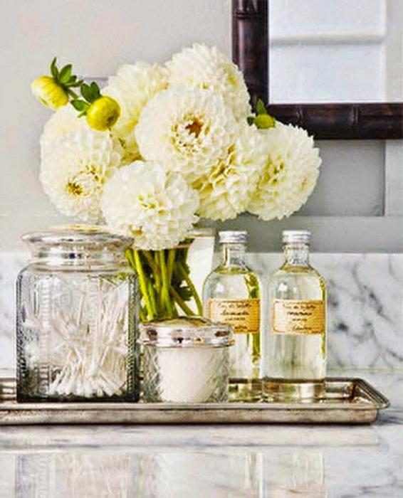 Декорирование ванной комнаты при помощи букета цветов и симпатичных баночек.