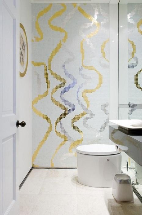 Оформление стен в цветах золота и серебра, что создаст интересное настроение в такой комнате.