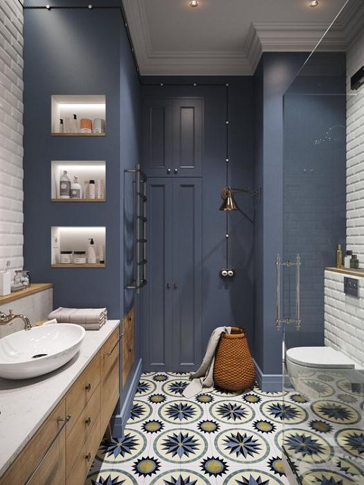 Очень красивое решение декорировать интерьер ванной комнаты в прекрасных разнообразных синих оттенках.