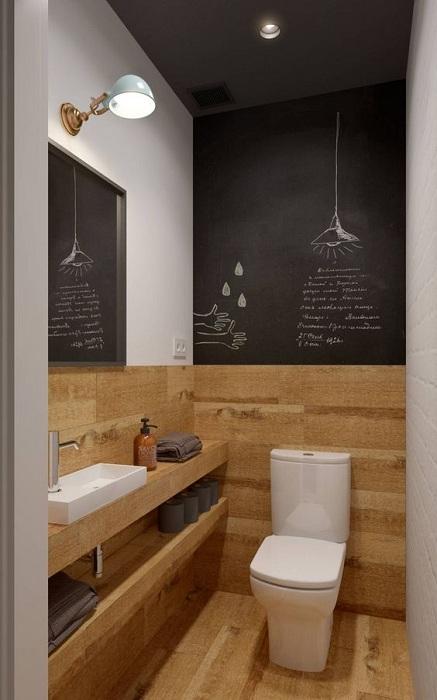 Прекрасный вариант таким оригинальным образом декорировать стену в ванной комнате, что понравится и создаст особенный уют.