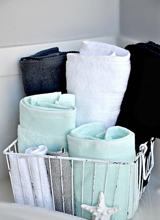 Один из самых простых, но удачных вариантов хранения полотенец в простой нише, что понравится точно.