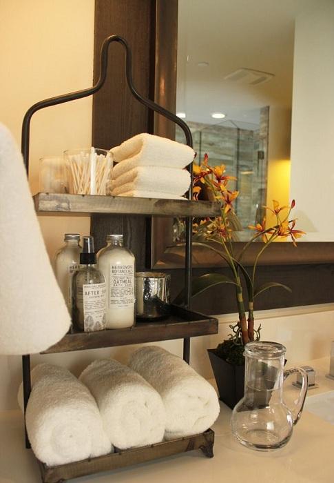 Симпатичное решение создать такую прекрасную и удачную полочку в ванной комнате, что быстро оптимизирует пространство.