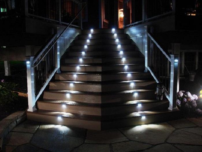 Очень креативное и крутое решение создать такую непростую лестницу, что станет просто находкой для экстерьера двора.