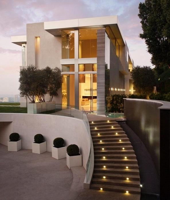Красивое и весьма удачное решение преобразить ступени во дворе за счет плавных линий и интересной подсветки.