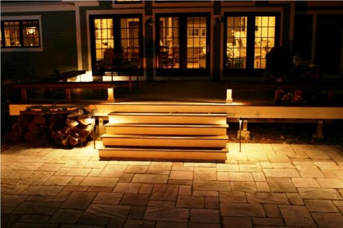 Декорирование ступеней, станет просто особенностью в оформлении двора.