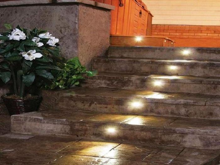 Хороший вариант декорирования ступеней при помощи оригинального оформления их лампочками.