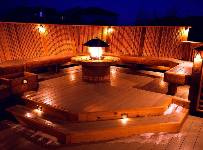 Отличный вариант декорирования места для отдыха и ступеней при помощи ярких лампочек.