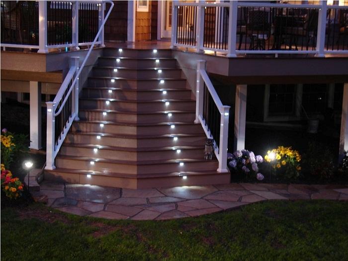 Яркий экстерьер двора создан благодаря интересной и прекрасной подсветке, что точно понравится.
