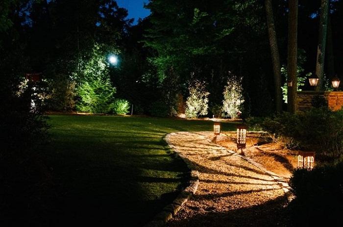 Хороший вариант создать красивую дорожку с интересной подсветкой, что точно понравится.
