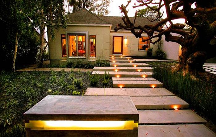 Хороший и пожалуй самый лучший вариант создать уютную обстановку во дворе при помощи оригинальной подсветки.