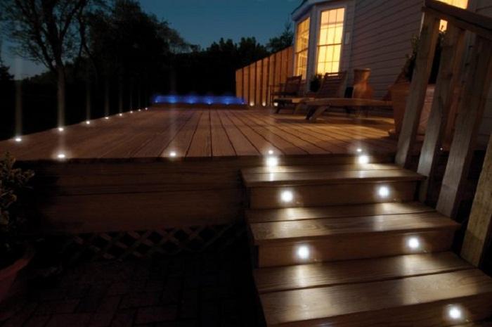 Оптимальным решением станет простая, но симпатичная подсветка во дворе, что преобразит экстерьер.
