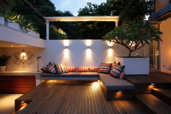 Красивое оформление двора, что точно понравится - при помощи оригинальных лампочек.