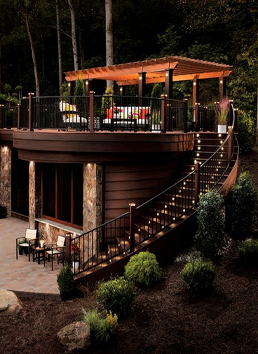 Оформление лестницы при помощи фонариков встроенных в нее создаст просто красивый её внешний вид.