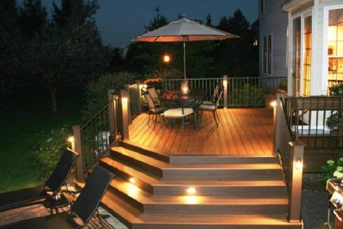 Удачное и отличное местечко для отдыха на открытом воздухе, что обустроено благодаря фонарикам.