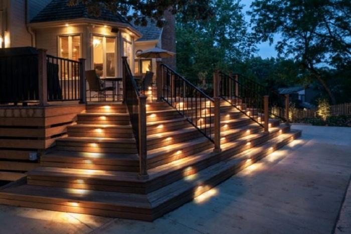 Декорирование ступеней при помощи ярких и оригинальных фонариков, что создали необычную обстановку.