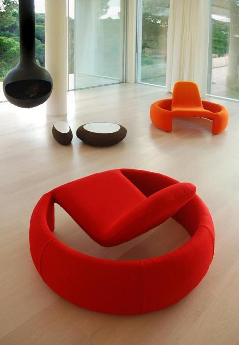Яркие акцентные стулья станут изюминкой интерьера.