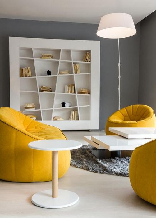 Современные яркие кресла желтого цвет станут оригинальным вариантом декора.
