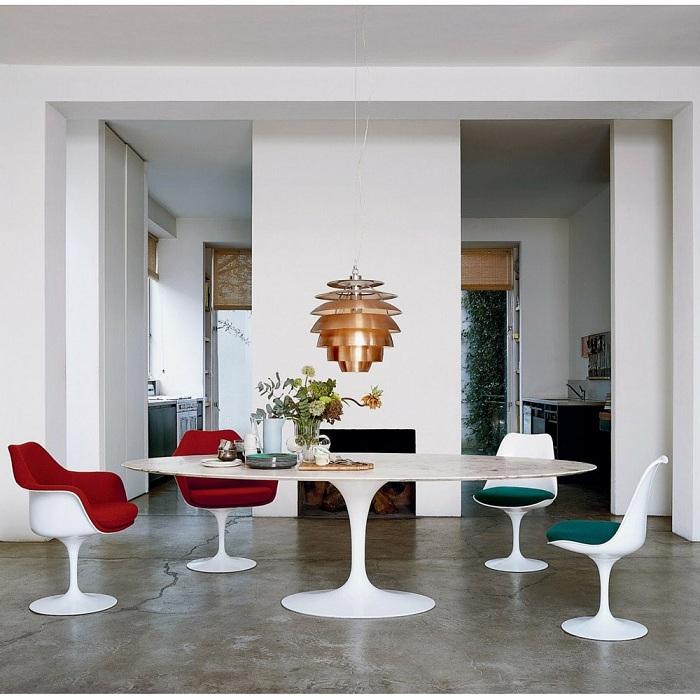 Интересное дизайнерское решение создать большой и оригинальный обеденный стол.