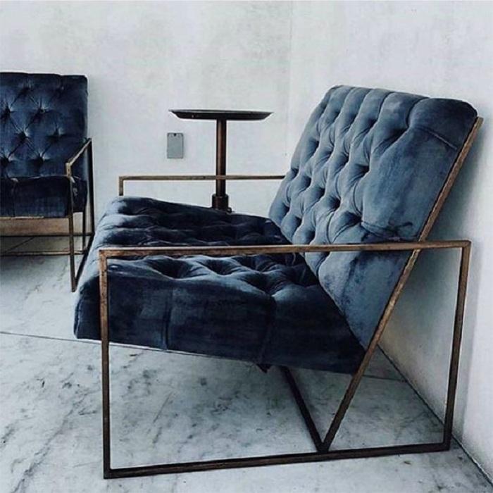 Шикарный синий бархатный диван станет особенным предметом мебели в декорировании комнат.