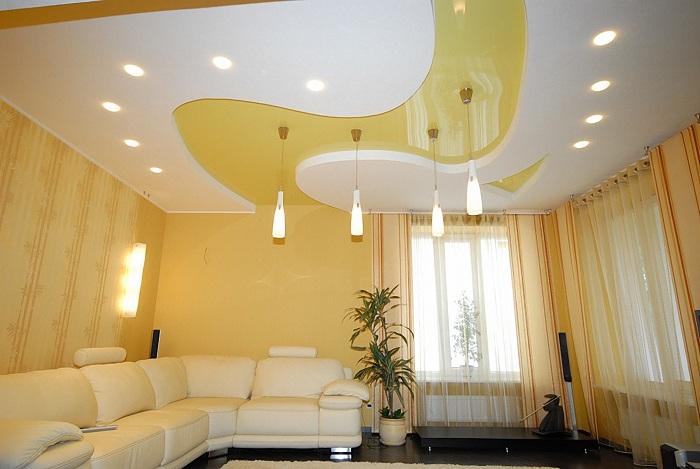 Потолок интересного дизайна может стать ярким акцентом в интерьер гостиной.