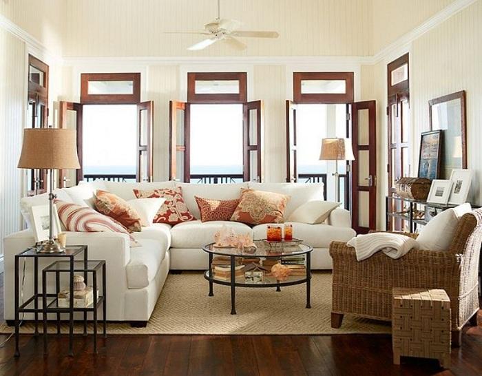Окна во всё стену и удобная мебель - прекрасное дачное решение.
