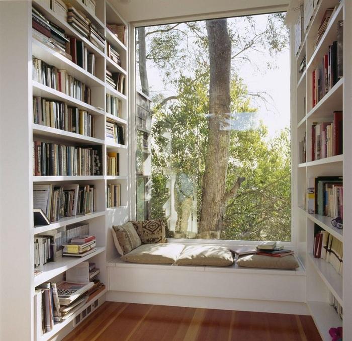 Комфортный window seat оборудован в домашней библиотеке, для того чтобы хотелось прочесть еще больше книг.