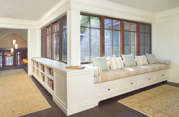 Крутой диванчик около окна, специально для отдыха и душевных бесед.