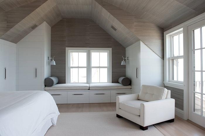 Минимализм в оформлении интерьера с милым диванчиком у окна.